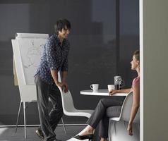 zakenman presentatie geeft op flip-over foto