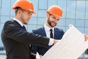 twee ingenieurs die de architectonische plannen controleren foto