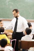 educatieve activiteiten in de klas op school, kinderen met leraar foto