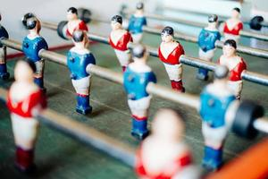 close-up van een tafelvoetbalspel in rode en blauwe truien foto