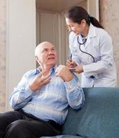 volwassen man vertelt een arts de symptomen foto