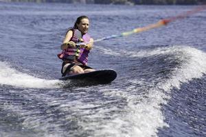 vrouw van middelbare leeftijd op kneeboard foto