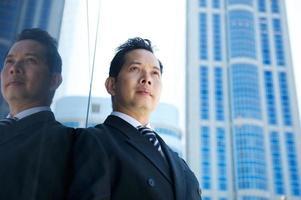 zakenman die zich in de stad bevindt foto