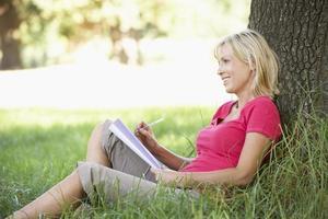 vrouw van middelbare leeftijd schetsen op het platteland foto