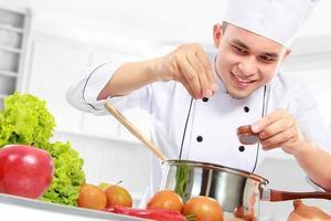 mannelijke chef-kok koken foto