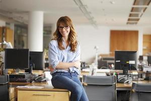 volwassen zakenvrouw in kantoor foto