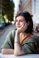 mooie volwassen vrouw in een cafe en kijkt weg foto