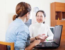lachende volwassen vrouw vragenlijst voor maatschappelijk werker foto