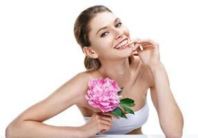 Europese vrouw met pioenroos bloem foto