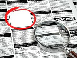 baan zoeken concept. loep, krant met advertenties voor werkgelegenheid foto