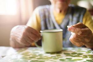 oude vrouw die pillen neemt foto