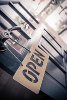 open teken in straatcafé foto