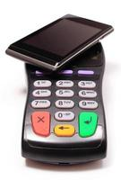betaalterminal en mobiele telefoon met nfc-technologie foto