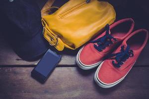 outfit van reiziger, overhead van essentials voor moderne jongeren. foto