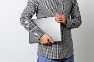 portret van een man met laptop foto