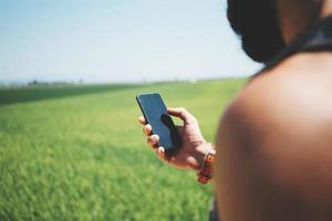 mock up van bebaarde man op zoek in zijn smartphone foto