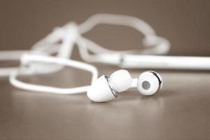 selectieve focus van witte oortelefoons voor gebruik met digitale muziek foto