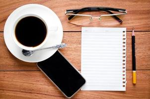 lege notebook en een kopje koffie foto