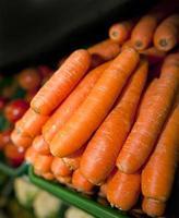 close-up van verse wortelen in de supermarkt foto