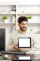 jonge professional met tablet foto
