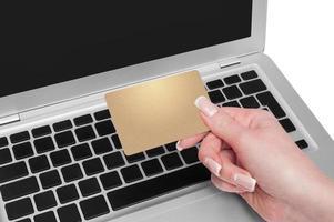 vrouw met gouden creditcard in de hand