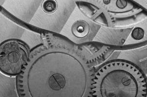 zwart-wit metalen tandwielen in uurwerk. macro foto