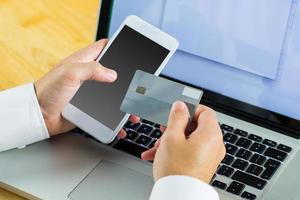 man met laptop voor online winkelen foto