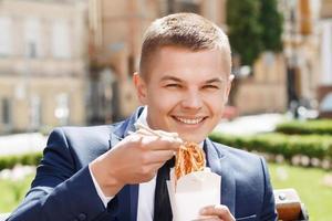 gelukkig zakenman chinese noedels eten foto