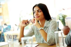 jonge peinzende zakenvrouw foto