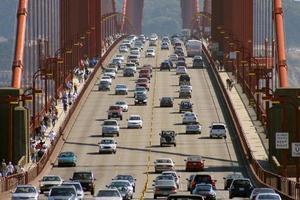 auto's gaan over de golden gate bridge in San Francisco foto