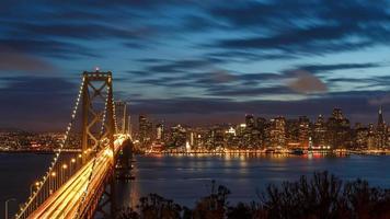 San francisco skyline en bay bridge 's nachts foto