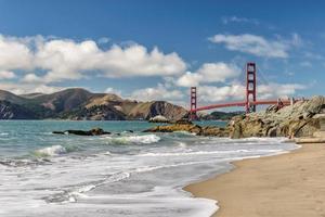 strand, rotsen en brug golgen poort, san francisco foto