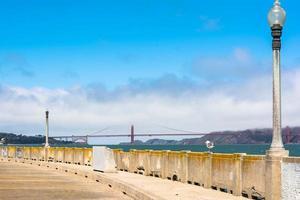 de golden gate bridge in de wolken, san francisco foto