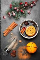 kerst glühwein. krijtbord achtergrond foto
