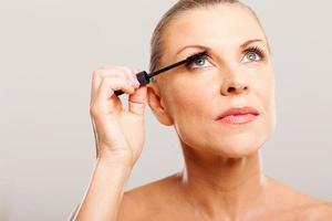 senior vrouw zetten mascara