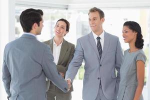 commercieel team dat hun partner ontmoet foto