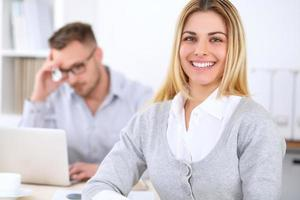 succesvolle ondernemers werken tijdens bijeenkomst in office. foto
