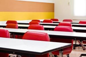 rode stoel in de vergaderzaal foto