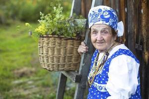 Slavische gelukkig oudere vrouw in etnische kleding buiten