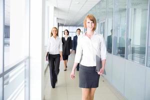 mensen uit het bedrijfsleven lopen foto
