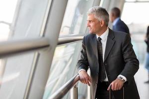 senior zakenreiziger op de luchthaven foto