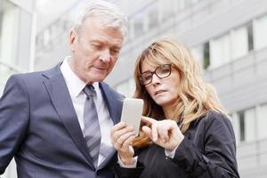 mensen uit het bedrijfsleven met mobiele telefoon foto