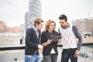multiraciale zakenmensen buiten werken in de stad foto