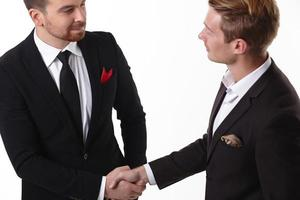 twee zakenlieden schudden elkaar de hand foto
