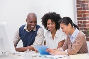 mensen uit het bedrijfsleven met behulp van digitale tablet in office foto