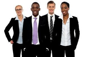 groep van verschillende mensen uit het bedrijfsleven in een lijn