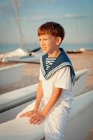 portret van jonge zeeman in de buurt van jacht foto