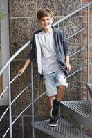 portret van een jonge jongen die lacht op camera, buitenshuis foto