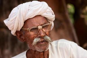 Indiase senior man. Bishnoi dorp. Rajasthan. foto