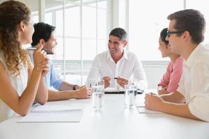 mensen uit het bedrijfsleven in conferentiebijeenkomst foto